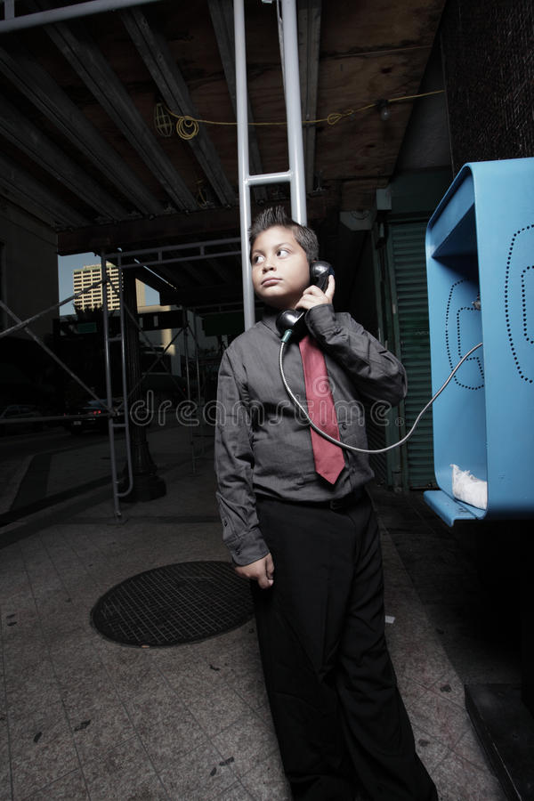Giovane uomo d'affari sul telefono di paga immagini stock libere da diritti