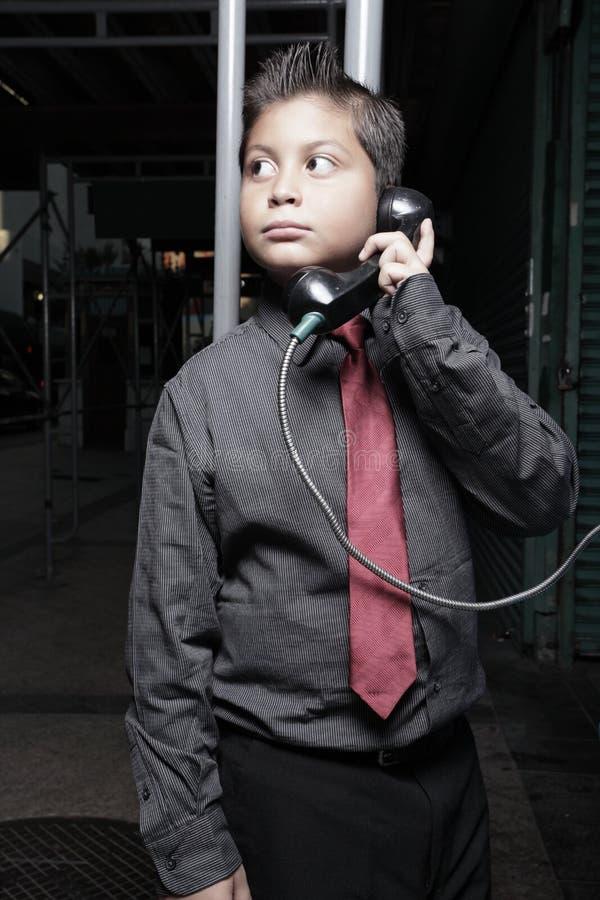Giovane uomo d'affari sul telefono di paga immagine stock libera da diritti