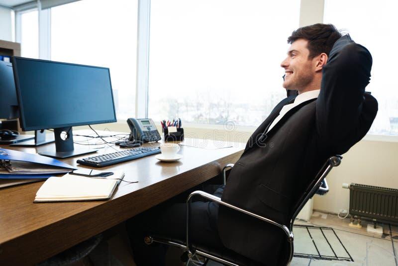 Giovane uomo d'affari in ufficio fotografia stock libera da diritti
