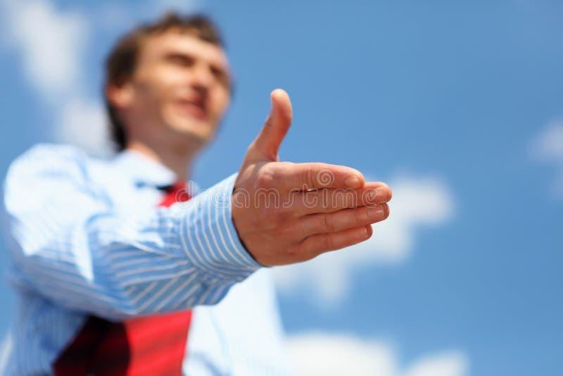 Giovane uomo d'affari in una camicia blu ed in un legame rosso fotografia stock libera da diritti