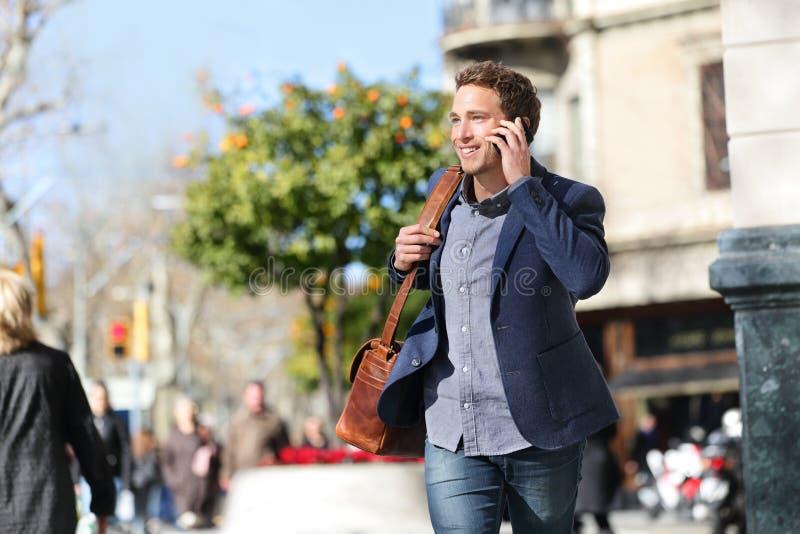 Giovane uomo d'affari urbano sullo Smart Phone, Barcellona fotografie stock