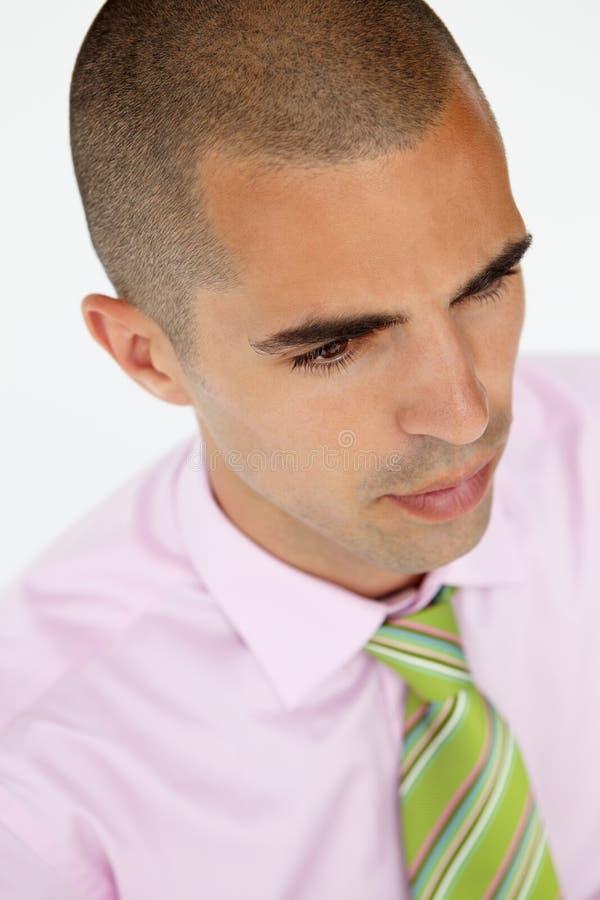 Giovane uomo d'affari in vestito che osserva fuori dalla macchina fotografica fotografie stock libere da diritti