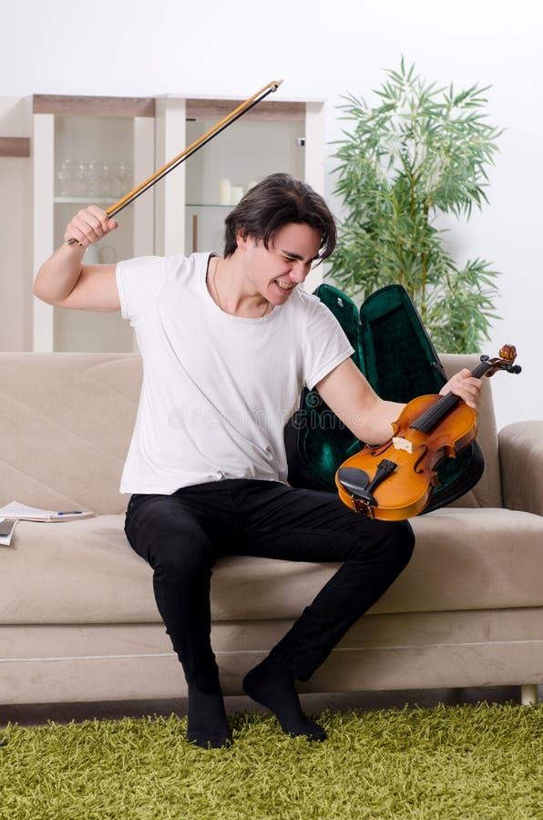 Giovane uomo del musicista che pratica giocando violino a casa fotografia stock