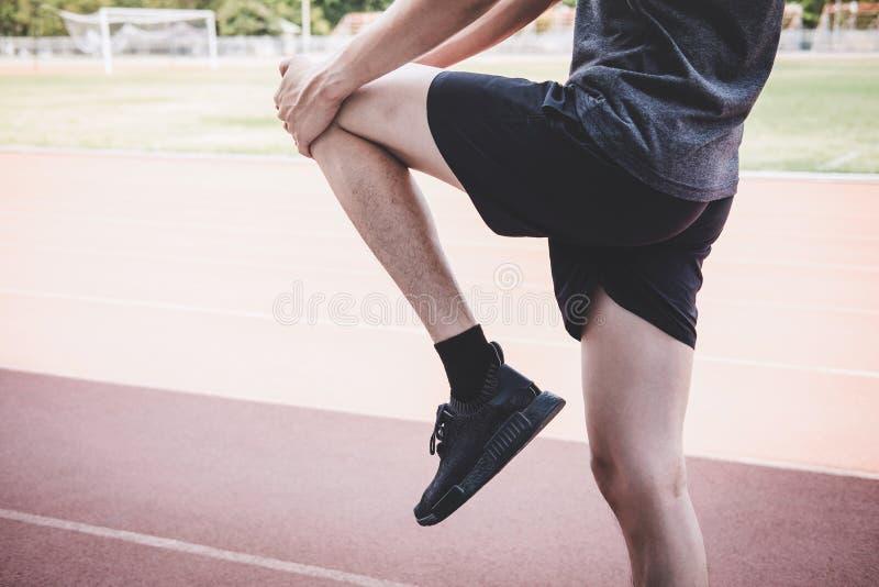 Giovane uomo dell'atleta di forma fisica che corre sulla pista della strada, sul benessere di allenamento di esercizio e sul corr immagine stock
