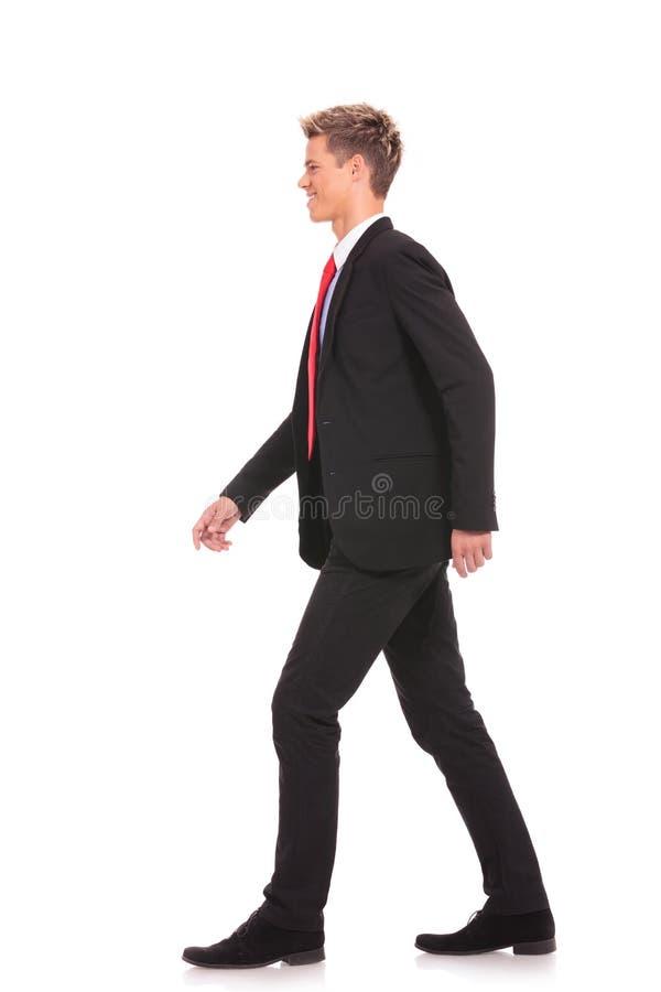 Giovane uomo di affari che cammina in avanti fotografie stock