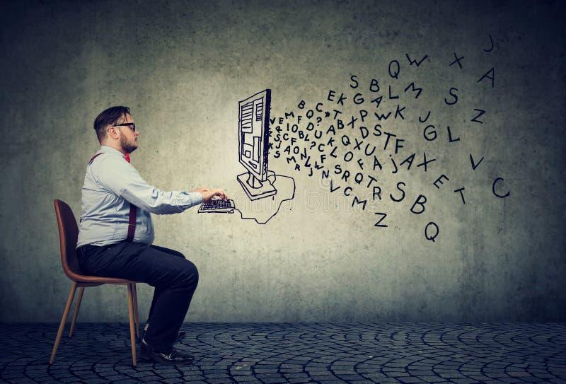 Giovane uomo di affari che lavora allo scrittorio sul computer che scrive un email immagine stock libera da diritti