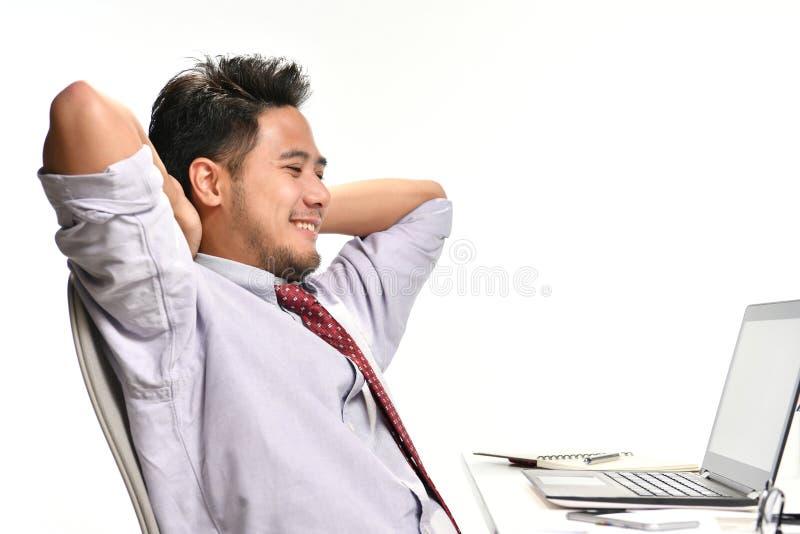 Giovane uomo di affari che si siede nella posizione rilassata immagini stock