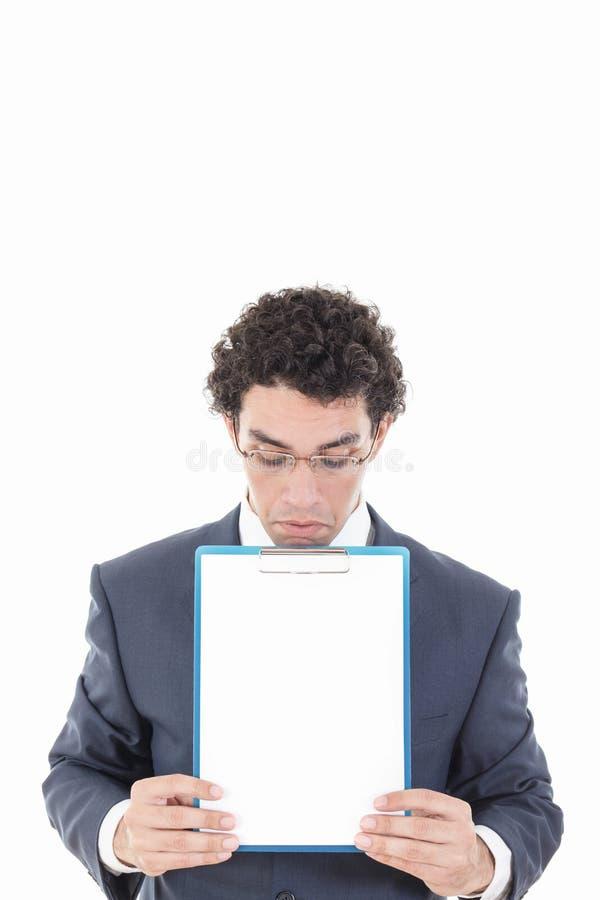 Giovane uomo di affari con i vetri che mostrano insegna in bianco fotografia stock libera da diritti