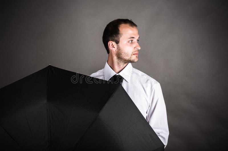 Giovane uomo di affari con l'ombrello immagine stock libera da diritti