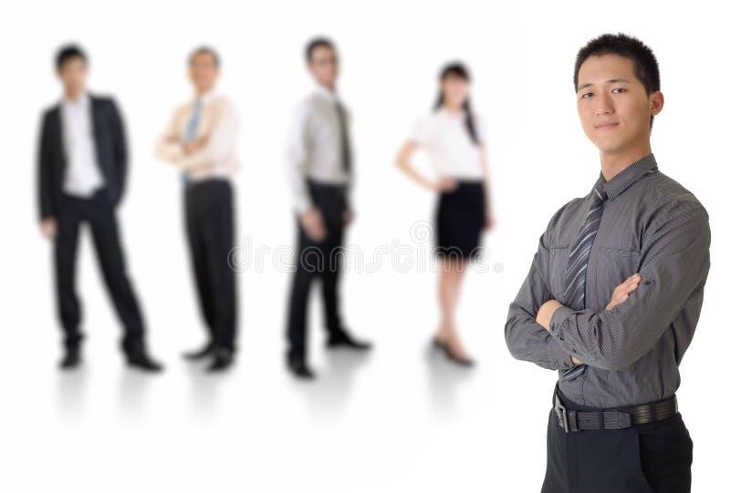 Giovane uomo di affari con la sua squadra immagini stock libere da diritti