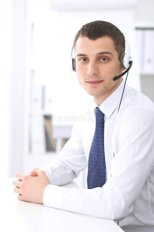 Giovane uomo di affari in cuffia avricolare Call center fotografia stock