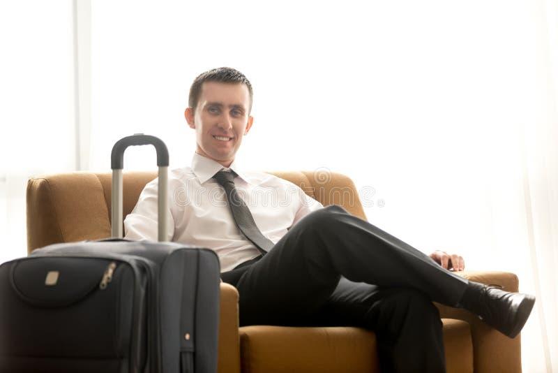 Giovane uomo di affari nella camera di albergo fotografia stock libera da diritti