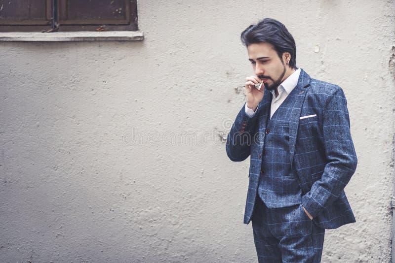 Giovane uomo di affari su una rottura della sigaretta immagini stock
