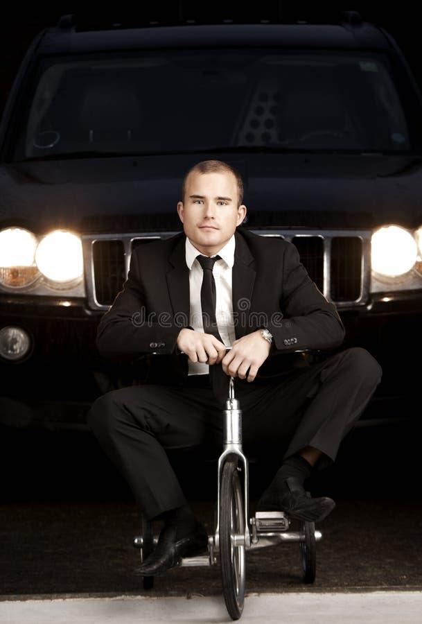 Giovane uomo di affari sulla bici immagini stock