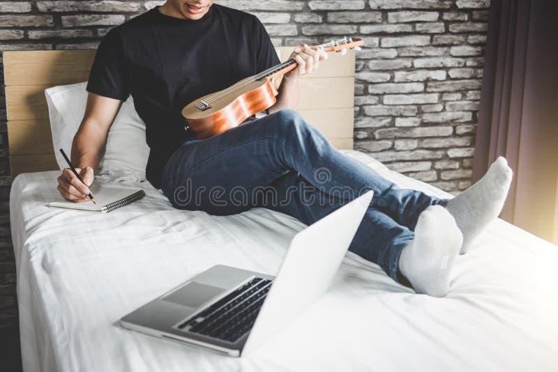 Giovane uomo di felicità sulla camera da letto nel godere giocando la musica e fotografia stock libera da diritti