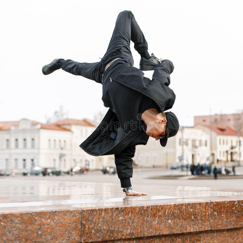 Giovane uomo di talento del ballerino nel dancing nero alla moda del vestito fotografia stock libera da diritti