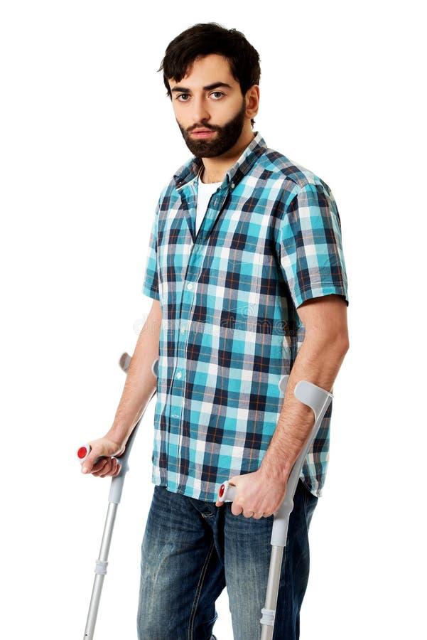 Giovane uomo disabile con le grucce fotografie stock libere da diritti