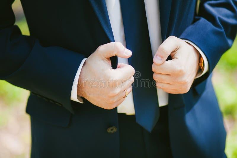 Giovane uomo elegante bello di modo nel vestito classico del costume immagine stock libera da diritti