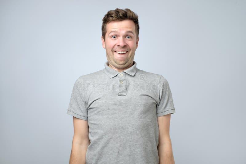 Giovane uomo europeo divertente che fa uno smorfia nerd fotografia stock
