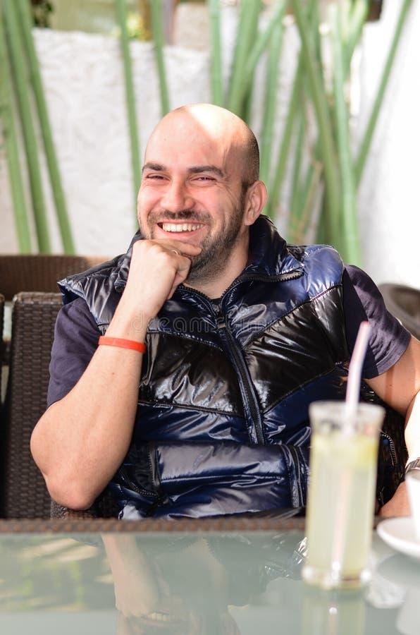 Giovane uomo felice barbuto immagini stock