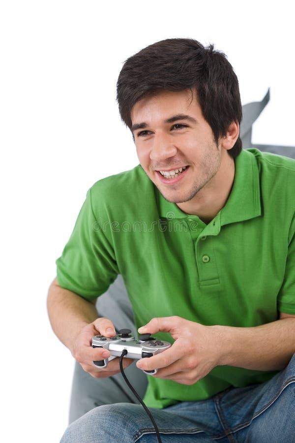 Giovane uomo felice che gioca video gioco fotografia stock libera da diritti