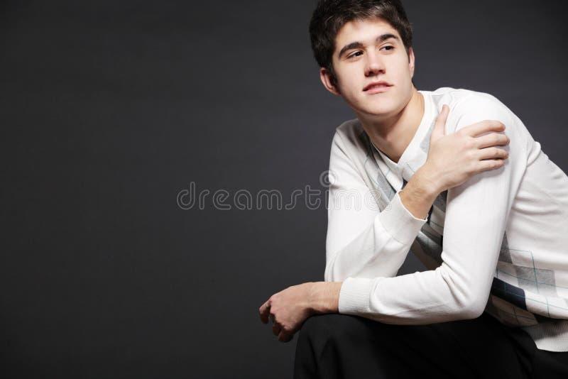 Giovane uomo felice che possing nello studio. immagine stock libera da diritti