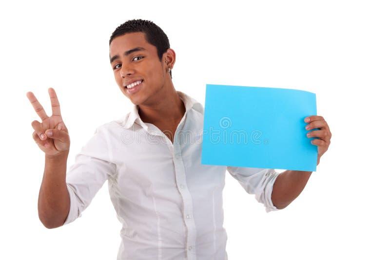 Giovane uomo felice del latino, con la scheda blu a disposizione fotografia stock