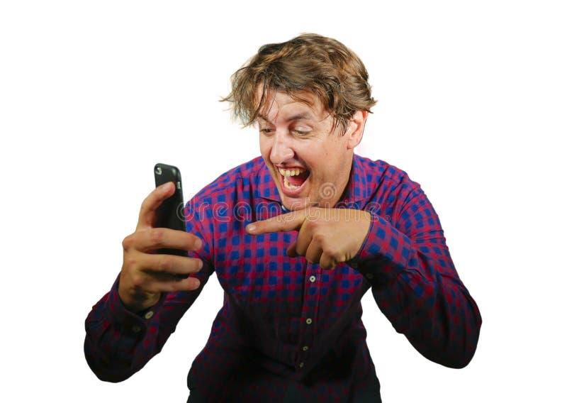 Giovane uomo felice ed emozionante pazzo che celebra successo che fa gioco d'azzardo online dei soldi con la scommessa di conquis fotografie stock libere da diritti