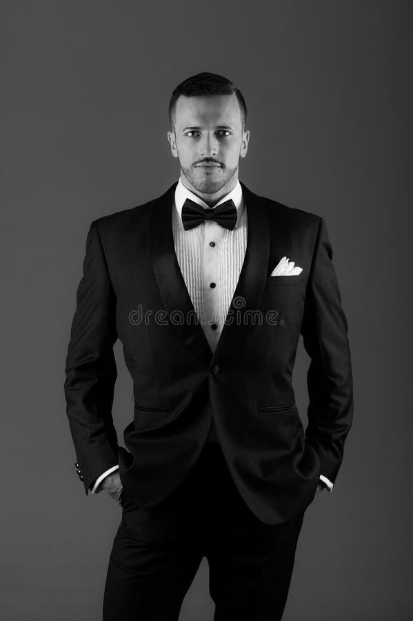 Giovane uomo latino bello che porta uno smoking immagini stock libere da diritti