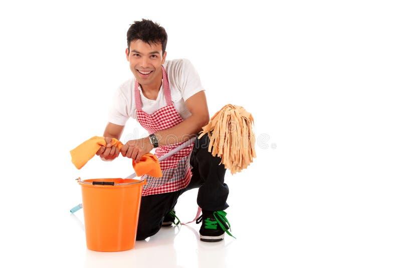 Giovane uomo nepalese sorridente, lavori domestici fotografia stock