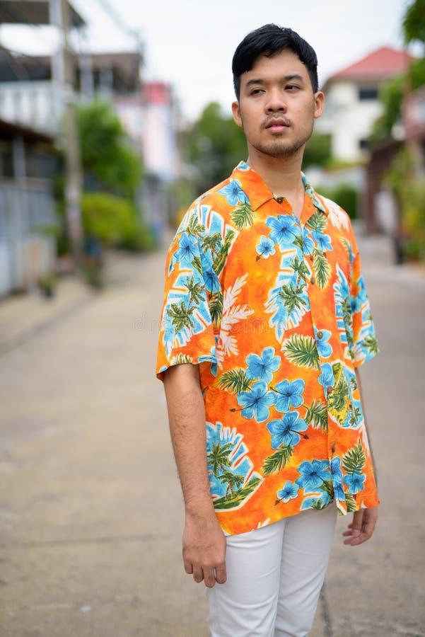Giovane uomo qualunque turistico asiatico all'aperto fotografia stock