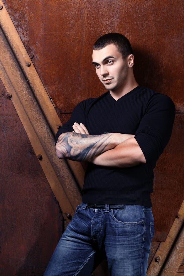 Giovane uomo sessuale brutale in maglione nero fotografia stock