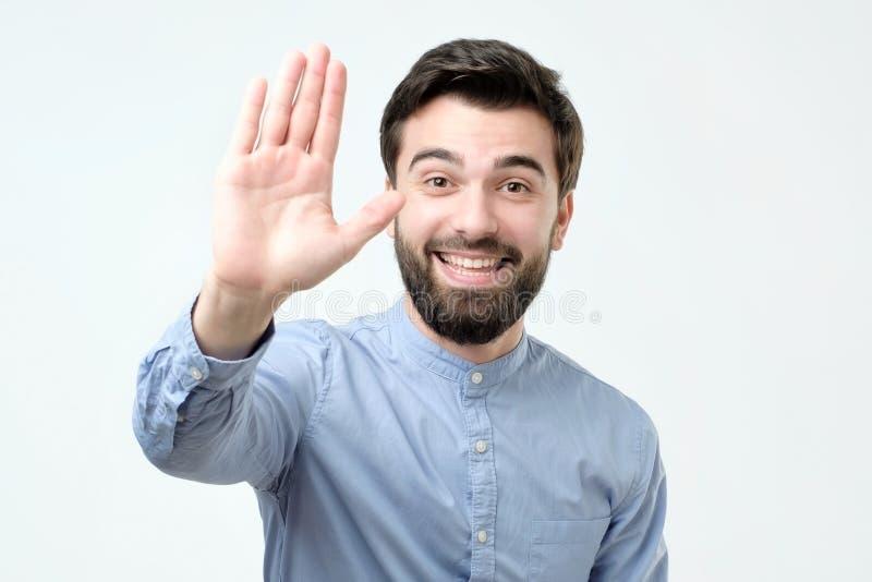 Giovane uomo spagnolo che fa gesto su cinque fotografie stock libere da diritti