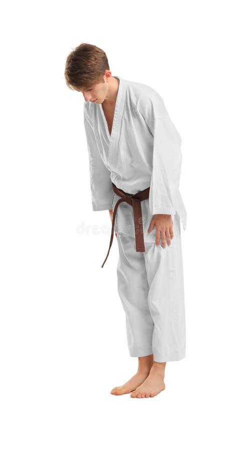 Giovane uomo sportivo in kimono su fondo bianco immagine stock