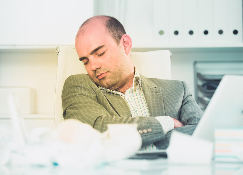 Giovane uomo triste stanco di lavoro e di sonno fotografia stock libera da diritti