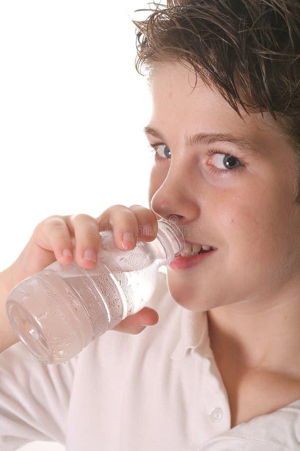 Giovane upclose di verticale dell'acqua potabile del ragazzo fotografie stock
