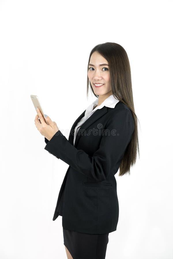 Giovane uso asiatico di sorriso della donna di affari il telefono cellulare fotografie stock