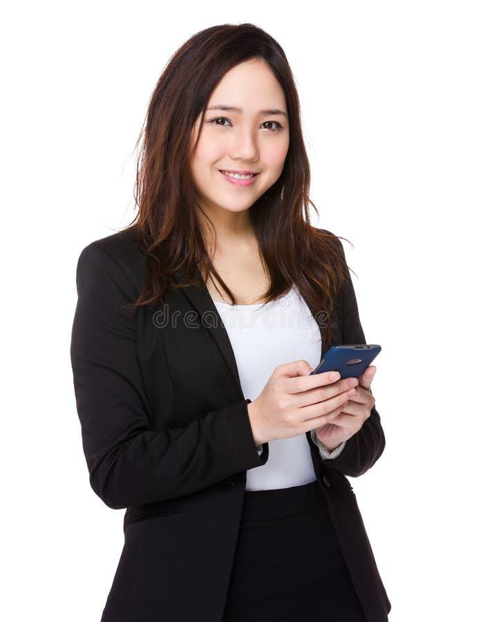 Download Giovane Uso Della Donna Di Affari Del Cellulare Immagine Stock - Immagine di background, messaggio: 55356643