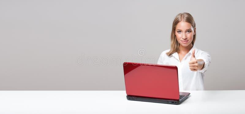 Giovane utente biondo del computer immagini stock libere da diritti