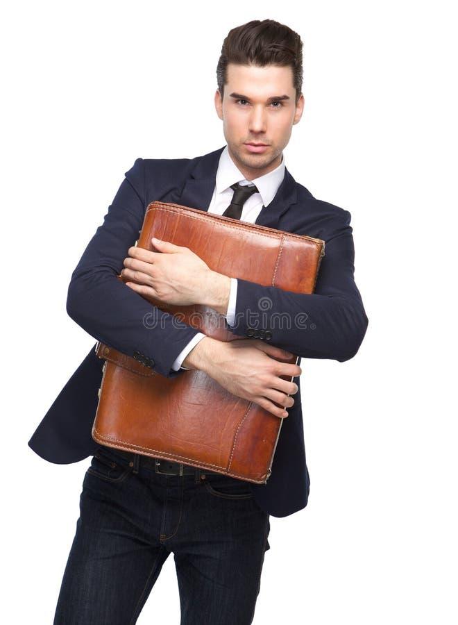 Giovane valigia del cuoio della tenuta dell'uomo di affari fotografie stock