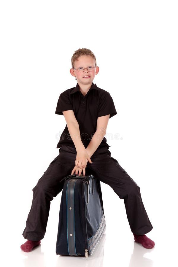 Giovane valigia del ragazzo immagine stock