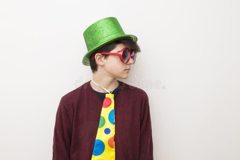 Giovane in vestiti e costume di carnevale immagini stock