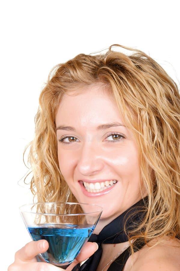 Giovane vetro biondo del Martini della holding della donna immagine stock libera da diritti