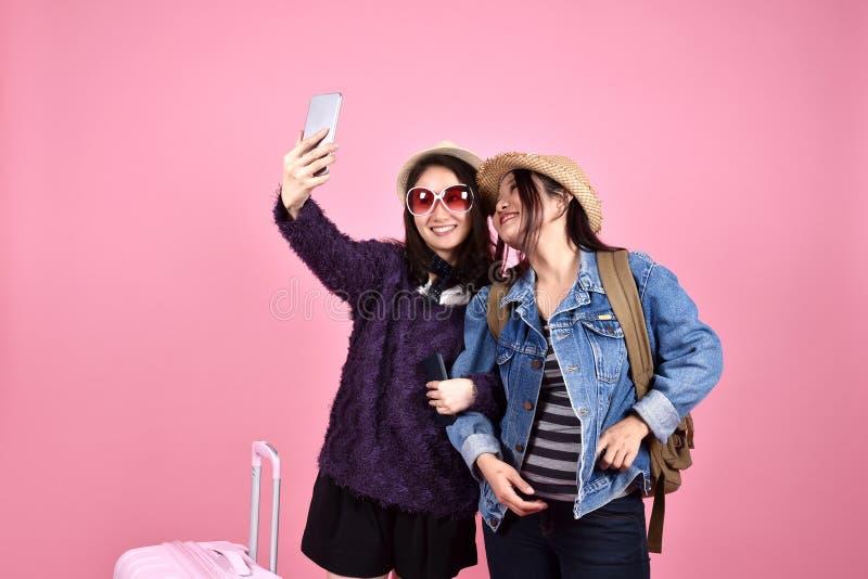 Giovane viaggiatore asiatico che prende foto, selfie del turista delle amiche immagine stock