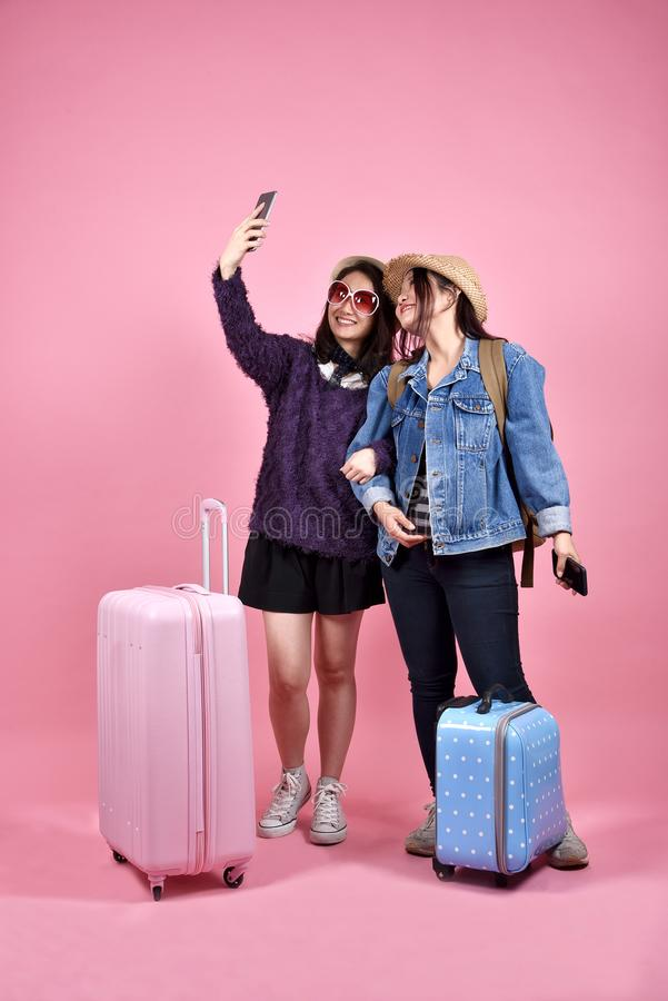 Giovane viaggiatore asiatico che prende foto, selfie del turista delle amiche fotografia stock libera da diritti