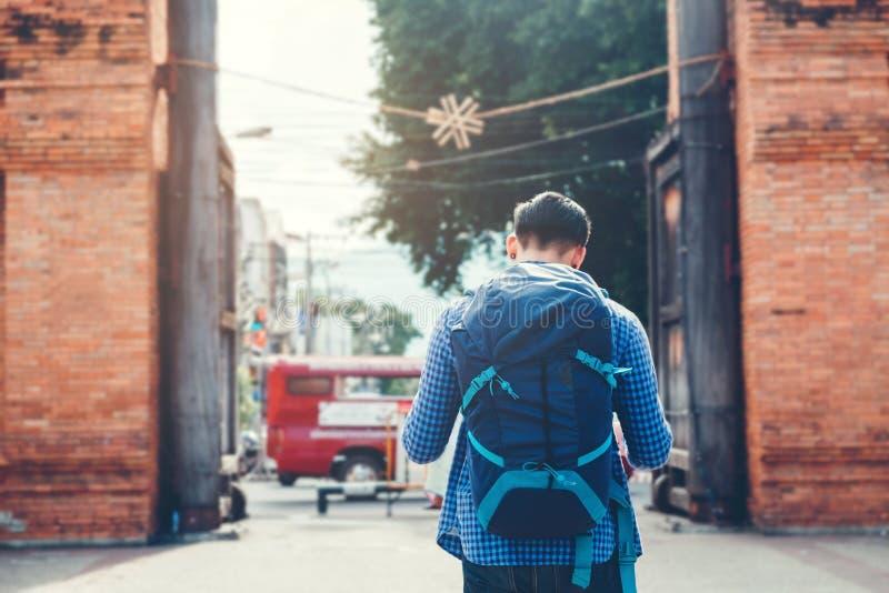 Giovane viaggiatore con zaino e sacco a pelo di viaggio asiatico in Chiang Mai, Tailandia fotografia stock