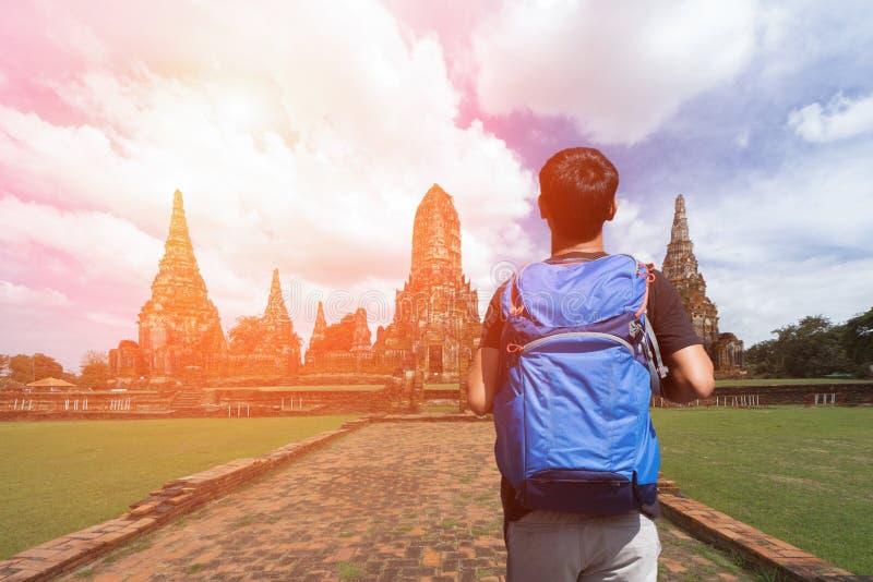 Giovane viaggiatore con zaino e sacco a pelo di viaggio asiatico in tempio Ayuttaya, Tailandia immagine stock