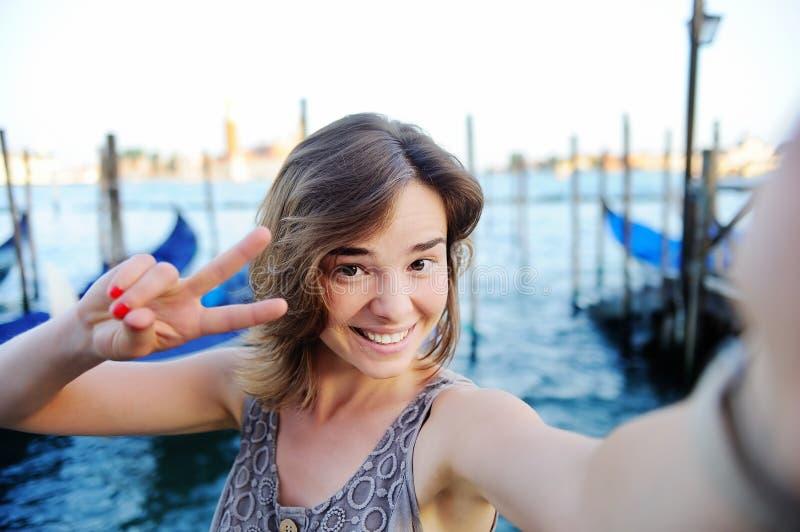 Giovane viaggiatore femminile che fa la foto del selfie a Venezia, Italia immagine stock
