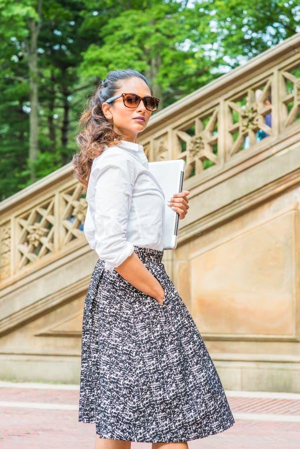 Giovane viaggio americano indiano orientale della donna, lavorante a New York immagine stock libera da diritti