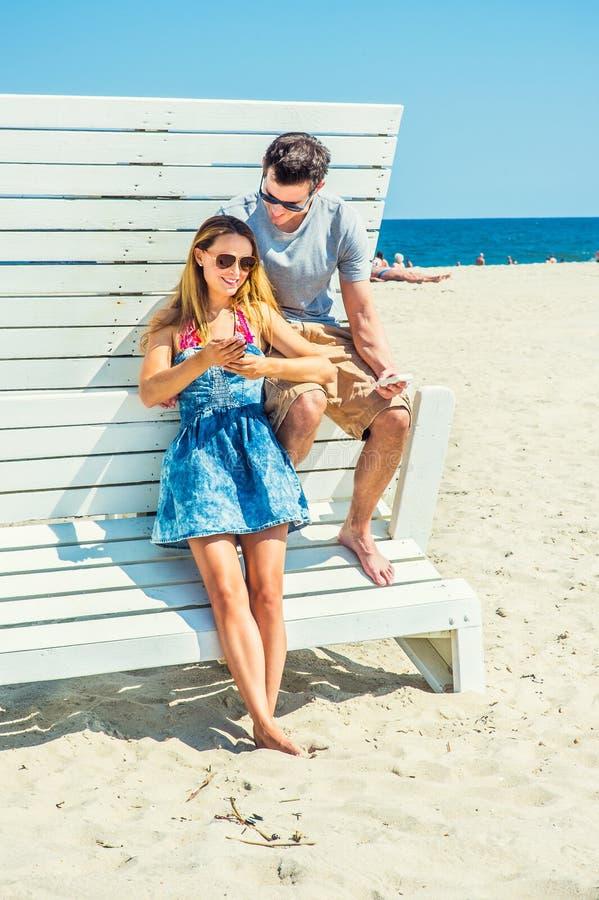 Giovane viaggio delle coppie, rilassantesi sulla spiaggia nel New Jersey, U.S.A. immagine stock